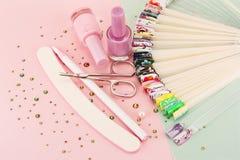 Progettazioni dell'unghia sulle punte e sull'insieme di manicure fotografia stock