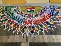 Progettazioni di Rangoli create da signora dell'impresa edile immagini stock