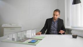 Progetti e stampe dell'uomo d'affari dalla realtà aumentata e mista cyber futuristica archivi video
