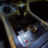 Progetti i dettagli del concetto minimalista dei dettagli automobilistici moderni del primo piano della trasmissione automatica e Immagini Stock