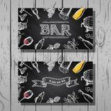 Progetti il biglietto da visita della barra e dell'insieme del ristorante, della birra e del vino, fondo della lavagna Fotografia Stock