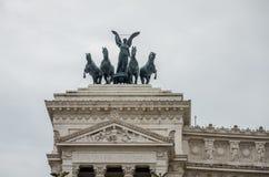 Progetti il monumento di Vittoriano degli elementi sulla piazza Venezia a Roma sui pendii di Capitol Hill con l'altare della patr Fotografie Stock