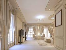Progetti la camera da letto di lusso nei toni beige, con grande Windows ed il cla Fotografia Stock Libera da Diritti