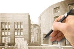 Progetti una nuova città - mano che disegna con una matita uno schizzo di un nuovo fotografia stock libera da diritti