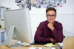 Progettista bello sorridente di web fotografie stock