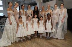 Progettista Berta Balilti e posa dei modelli dietro le quinte prima della sfilata di moda 2019 di Berta Bridal Spring Fotografia Stock