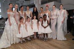 Progettista Berta Balilti e posa dei modelli dietro le quinte prima della sfilata di moda 2019 di Berta Bridal Spring Fotografia Stock Libera da Diritti
