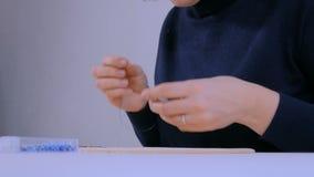 Progettista che fa fibula fatta a mano video d archivio