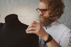 Progettista che lavora con il manichino fotografia stock libera da diritti