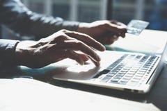 Progettista che lavora con il taccuino generico di progettazione Carta di plastica di pagamenti online, tastiera delle mani Fondo Fotografie Stock Libere da Diritti