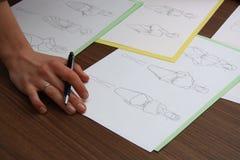 Progettista che valuta i disegni di modo Fotografia Stock Libera da Diritti