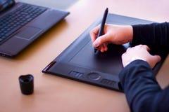 Progettista con il ridurre in pani della penna Immagine Stock