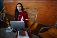 Progettista creativo femminile che si siede nella caffetteria Immagini Stock Libere da Diritti