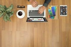 Progettista creativo Graphic sul lavoro Campioni del campione di colore, Illustr Immagine Stock Libera da Diritti