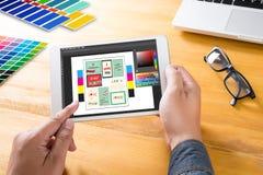 Progettista creativo Graphic sul lavoro Campioni del campione di colore, Illustr Fotografia Stock