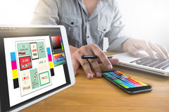 Progettista creativo Graphic sul lavoro Campioni del campione di colore, Illustr Fotografia Stock Libera da Diritti
