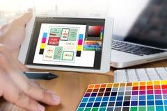 Progettista creativo Graphic sul lavoro Campioni del campione di colore, Illustr Fotografie Stock