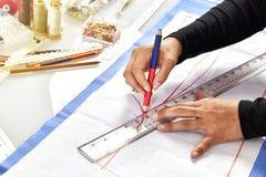 Progettista del sarto da donna che fa l'indumento di misura e del modello fotografia stock