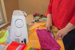 Progettista di vestiti sul lavoro nel suo ufficio Stilista femminile che lavora allo studio Industria di indumento fotografia stock libera da diritti