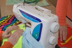 Progettista di vestiti sul lavoro nel suo ufficio Stilista femminile che lavora allo studio Industria di indumento immagini stock libere da diritti