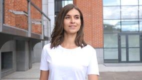 Progettista femminile all'aperto di camminata, Front View, sottotetto Immagine Stock Libera da Diritti