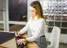 Progettista femminile in ufficio che lavora con la tavola ed il computer portatile del grafico digitale Retoucher di fotografia c Fotografie Stock Libere da Diritti