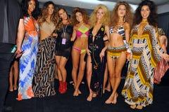 Progettista Libby De Santis (C) e posa dei modelli dietro le quinte alla sfilata di moda di Indah durante la nuotata 2015 di MBFW Fotografie Stock Libere da Diritti
