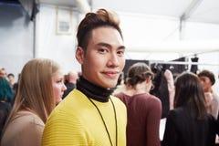 Progettista Ly Qui Khanh dietro le quinte alla sfilata di moda di vita di New York durante la caduta 2015 di MBFW Fotografia Stock