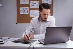 Progettista maschio Using Graphic Tablet fotografia stock