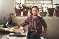 Progettista sicuro dell'imprenditore che si siede nel suo spazio ufficio Fotografia Stock Libera da Diritti