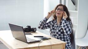 Progettista sorridente della donna che lavora al computer in ufficio stock footage