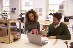 Progettisti che lavorano con 3D la stampante Discuss Prototype Immagini Stock Libere da Diritti