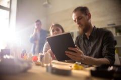 Progettisti creativi al laboratorio moderno immagini stock libere da diritti