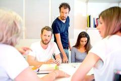 progettisti 3D che discutono nello studio Fotografia Stock Libera da Diritti