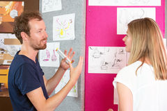 progettisti 3D che discutono sopra i grafici Immagini Stock