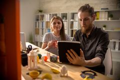 Progettisti moderni che per mezzo della stampante 3D Immagine Stock