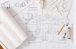 Progetto architettonico, costruente gli strumenti sulla tavola immagini stock libere da diritti