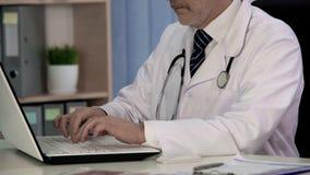 Progetto di battitura a macchina dello scienziato della medicina sul computer portatile, lavorante al trattamento innovatore fotografia stock libera da diritti