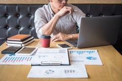 Progetto di investimento di lavoro dell'uomo d'affari sul computer portatile con il documento di rapporto ed analizzare, calcolan immagine stock