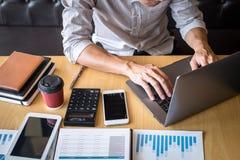 Progetto di investimento di lavoro dell'uomo d'affari sul computer portatile con il documento di rapporto ed analizzare, calcolan fotografie stock libere da diritti