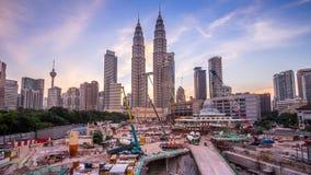 Progetto di novità con la vista delle torri gemelle di Petronas durante il tramonto archivi video