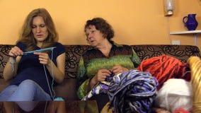Progrès de knit de petite-fille de contrôle de mamie, expériences de part banque de vidéos