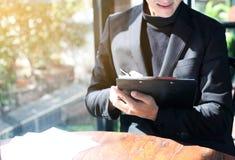 Progrès de Writing Clipboard Business d'homme d'affaires pendant le matin photos libres de droits