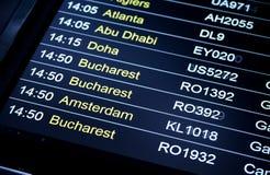 Programação da informação do voo das partidas no aeroporto internacional Fotografia de Stock