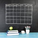 Programação do calendário da grade no fundo preto do quadro Imagem de Stock