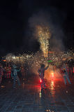 Programa catalan tradicional Correfocs (funcionamientos del fuego) o Ball de Diables fotografía de archivo libre de regalías