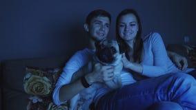Programa de televisión de observación de los pares con el perro almacen de metraje de vídeo