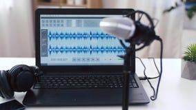 Programa editor sano en oficina del ordenador portátil en casa almacen de video