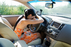 Programa piloto agotado que se reclina sobre el volante Foto de archivo
