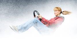 Programa piloto de coche de la mujer, concepto de conducción del invierno Imagenes de archivo